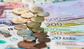 Billetes de banco y monedas esterlinas y euro Foto de archivo