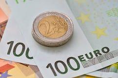 Billetes de banco y monedas euro Imagen de archivo libre de regalías