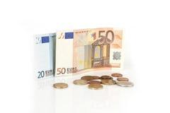Billetes de banco y monedas euro, centavo, dinero euro en el fondo blanco Imagen de archivo libre de regalías