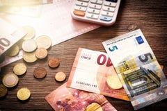 Billetes de banco y monedas euro con las cuentas a pagar Fotos de archivo libres de regalías