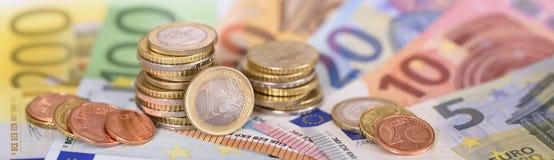 Billetes de banco y monedas euro de la moneda europea imagen de archivo libre de regalías