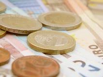 Billetes de banco y monedas euro del dinero en circulación Imagen de archivo