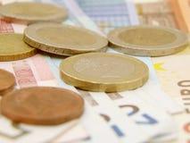 Billetes de banco y monedas euro del dinero en circulación Imagen de archivo libre de regalías
