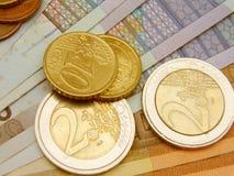 Billetes de banco y monedas euro del dinero en circulación Imagenes de archivo