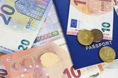 Billetes de banco y monedas euro 2 de Schengen de la visa imágenes de archivo libres de regalías