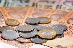 Billetes de banco y monedas indios de la rupia de la moneda Imagen de archivo libre de regalías