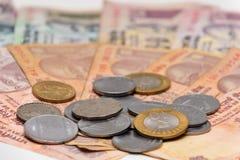 Billetes de banco y monedas indios de la rupia de la moneda Imágenes de archivo libres de regalías