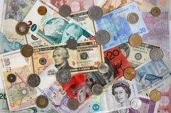 Billetes de banco y monedas internacionales Imágenes de archivo libres de regalías