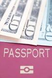Billetes de banco y pasaporte del dólar imagen de archivo libre de regalías