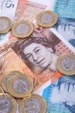 Billetes de banco y primer BRITÁNICOS de las monedas imagen de archivo