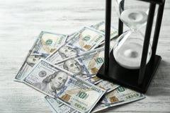 Billetes de banco y sandglass del dólar, Foto de archivo