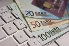 Billetes de banco y tarjeta de crédito euro Fotos de archivo