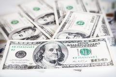 Billetes de dólar americanos en un fondo blanco, dinero en un fondo blanco imagenes de archivo