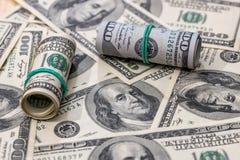 100 billetes de dólar como fondo Imagenes de archivo
