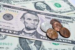 Billetes de dólar con las monedas Foto de archivo libre de regalías