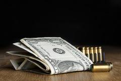 Billetes de dólar con los cartuchos Fotos de archivo libres de regalías