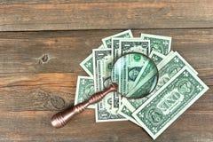 Billetes de dólar de los E.E.U.U. uno debajo del primer de la lupa Fotografía de archivo libre de regalías