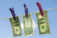 Billetes de dólar de los E.E.U.U. uno que cuelgan hacia fuera para secarse en la línea que se lava, concepto del blanqueo de dine Fotos de archivo libres de regalías