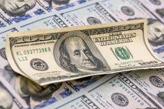 100 billetes de dólar del americano ciento para el fondo Imágenes de archivo libres de regalías