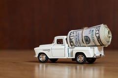 Billetes de dólar del americano cincuenta con un hilo en el coche Fotografía de archivo