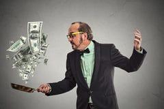 Billetes de dólar del dinero del hombre de negocios de la Edad Media que hacen juegos malabares Foto de archivo