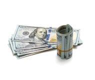 Billetes de dólar del rollo ciento en el fondo blanco Imágenes de archivo libres de regalías