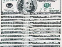 100 billetes de dólar dispuestos horizontalmente Foto de archivo