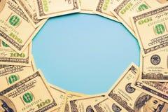 100 billetes de dólar en el fondo azul Imagen de archivo libre de regalías