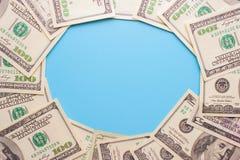 100 billetes de dólar en el fondo azul Fotografía de archivo libre de regalías