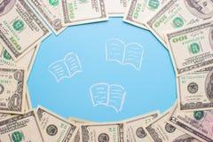 100 billetes de dólar en el fondo azul Fotos de archivo