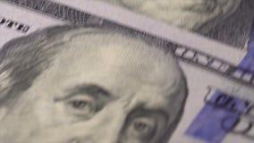 100 billetes de dólar en la tabla almacen de metraje de vídeo