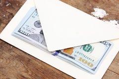 Billetes de dólar o dinero con el sobre Imagen de archivo libre de regalías