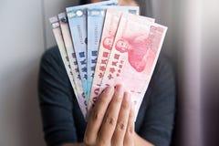 Billetes de dólar de Taiwán de la demostración de la mujer de las manos nuevos Foto de archivo libre de regalías