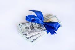 100 billetes de dólar con la cinta azul en un fondo blanco Foto de archivo libre de regalías