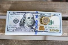 100 billetes de dólar y un euro Foto de archivo libre de regalías
