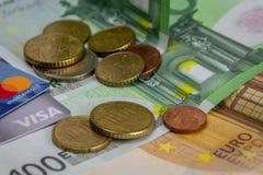 Billetes, monedas, visa y tarjetas de crédito euro de Mastercard imagen de archivo