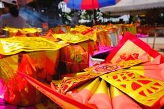 Billetes, oro de papel para el respecto de la paga a dios en día de año nuevo chino Cuáles son las creencias culturales Imágenes de archivo libres de regalías
