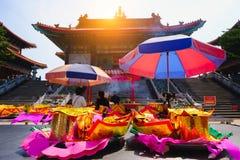 Billetes, oro de papel para el respecto de la paga a dios en día de año nuevo chino Cuáles son las creencias culturales Imagen de archivo libre de regalías