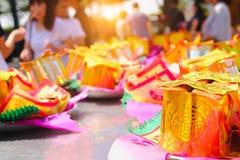 Billetes, oro de papel para el respecto de la paga a dios en día de año nuevo chino Cuáles son las creencias culturales Fotografía de archivo