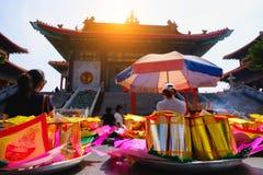 Billetes, oro de papel para el respecto de la paga a dios en día de año nuevo chino Cuáles son las creencias culturales Imagen de archivo