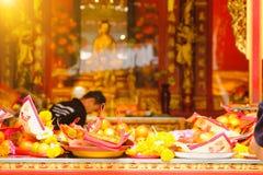 Billetes, oro de papel y fruta para el respecto de la paga a dios en día de año nuevo chino Fotografía de archivo