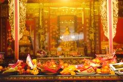 Billetes, oro de papel y fruta para el respecto de la paga a dios en día de año nuevo chino Imagenes de archivo