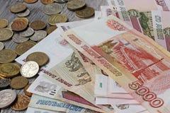 Billetes y metal rusos en la tabla de madera Imagen de archivo libre de regalías