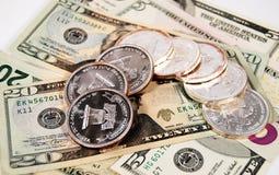 Billetes y monedas en el top Foto de archivo
