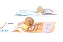 Billetes y monedas euro delante de billetes y de monedas de la libra británica imágenes de archivo libres de regalías