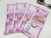 Billetes y monedas indios del dinero en circulación imágenes de archivo libres de regalías