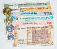Billetes y monedas indios del dinero en circulación imagen de archivo libre de regalías