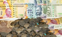 Billetes y monedas indios del dinero en circulación fotos de archivo