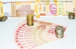 Billetes y monedas indios del dinero en circulación foto de archivo libre de regalías