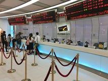 Billets d'achat de personnes à la ville MBK de cinéma de SF dans le mail de MBK, Bangkok image libre de droits